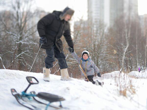 Una domenica d'inverno al parco con il papà - Mosca, gennaio 2018 - Sputnik Italia