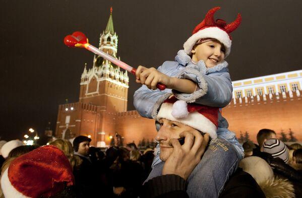 Un papà con la sua figlioletta sulle spalle durante un veglione di Capodanno sulla piazza Rossa - Sputnik Italia