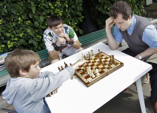 Chi vincerà? Una partita a scacchi tra un papà e suo figlio in un pomeriggio d'estate al parco Gorky di Mosca - Sputnik Italia