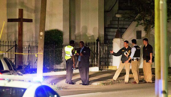 Polizia vicino alla chiesa Emmanuel African Methodist Episcopal dopo la sparatoria - Sputnik Italia