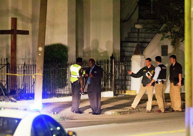 Polizia vicino alla chiesa Emmanuel African Methodist Episcopal dopo la sparatoria