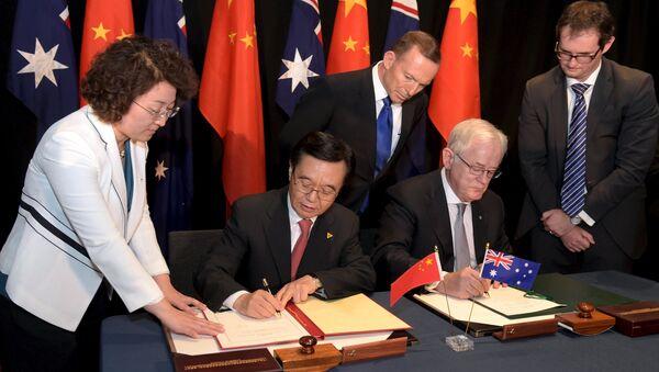 Primo ministro australiano Tony Abbott e ministro cinese di commercio Gao Hucheng firmano un accordo - Sputnik Italia