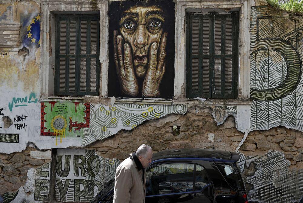 Graffiti sulla facciata di una casa ad Atene.