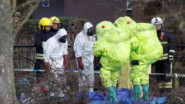 Officials in protective suits check their equipment before repositioning the forensic tent, covering the bench where Sergei Skripal and his daughter Yulia were found, in the centre of Salisbury, Britain, March 8, 2018 - Sputnik Italia