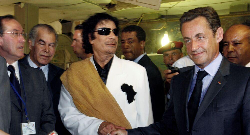Muammar Gheddafi e Nicolas Sarkozy (foto d'archivio)