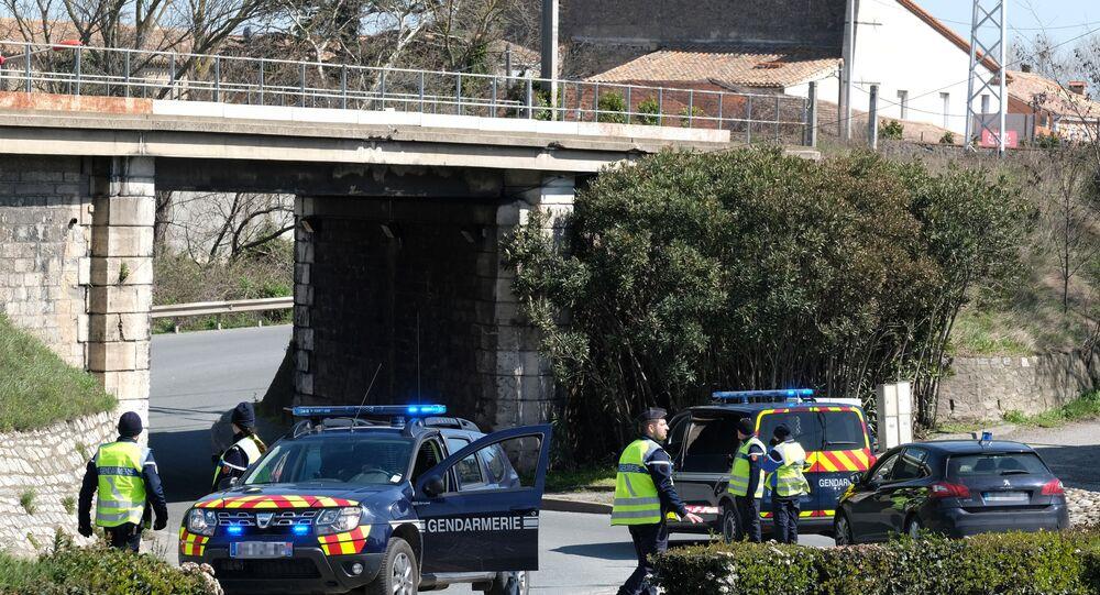 Gendarmi francesi bloccano l'accesso al centro abitato di Trebes dove un uomo ha preso ostaggi in supermercato