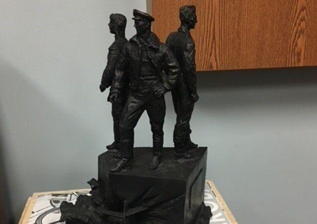 Modello del monumento agli aviatori sovietici negli USA