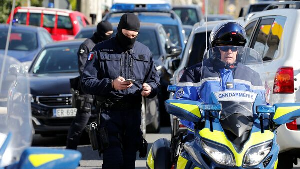 I gendarmi francesi vicino al supermercato dopo la presa degli ostaggi a Trebes, Francia. - Sputnik Italia