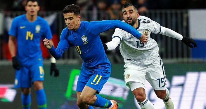 Russia-Brasile: Philippe Coutinho contrastato da Aleksandr Samedov, sullo sfondo Tiago Silva