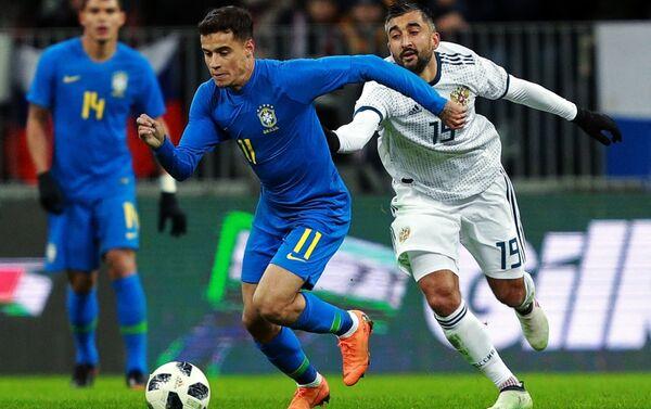 Russia-Brasile: Philippe Coutinho contrastato da Aleksandr Samedov, sullo sfondo Thiago Silva - Sputnik Italia