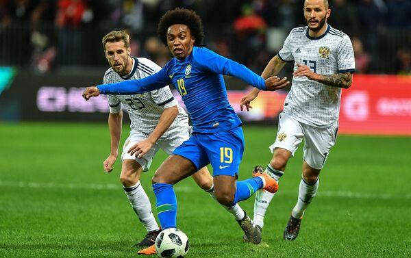 Russia-Brasile: i russi Kombarov (sx) e Kudryashov (dx) provano a contrastare l'attaccante brasiliano Fernandinho - Sputnik Italia