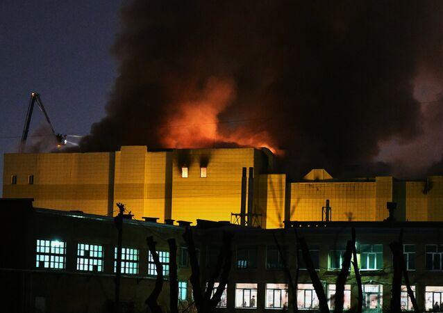 Il fuoco avvolge il centro commerciale di Kemerovo