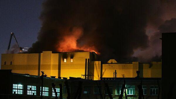 Il fuoco avvolge il centro commerciale di Kemerovo - Sputnik Italia
