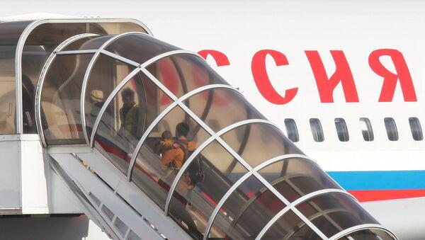 I diplomatici russi espulsi con le famiglie lasciano l'ambasciata a Londra. - Sputnik Italia