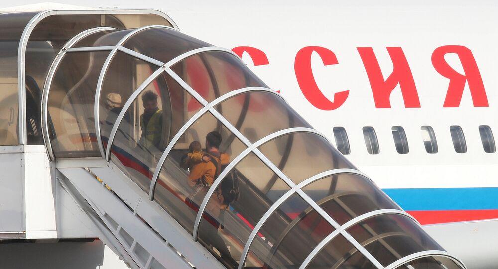 I diplomatici russi espulsi con le famiglie lasciano l'ambasciata a Londra.