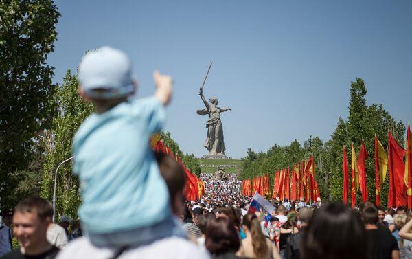 Volgograd, folla nel parco memoriale La Madrepatria chiama - Sputnik Italia