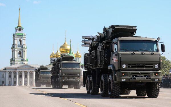 Mezzi di artiglieria sfilano a Tula alla parata del 9 maggio 2016 - Sputnik Italia