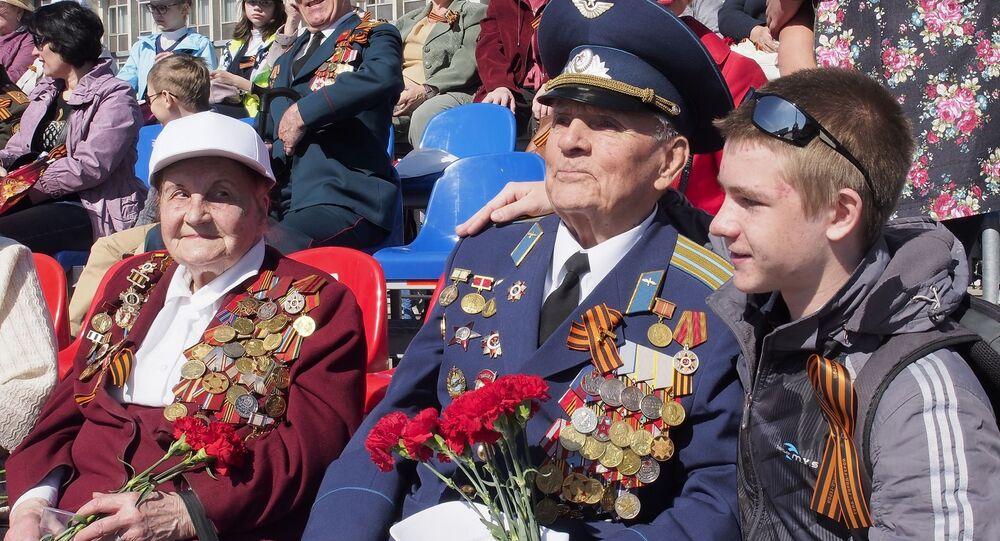 Un veterano a Tula assiste alla parata del Giorno della Vittoria