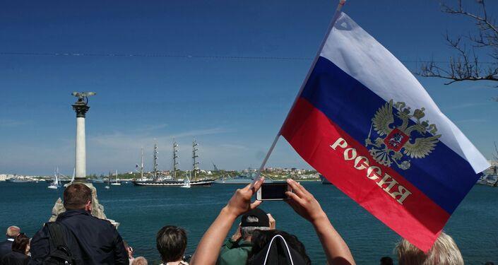 Sebastopoli, la folla assiste alla parata navale del 9 maggio 2017