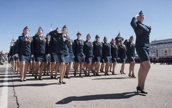 Donne soldato sfilano a Tula per la parata del 72° Giorno della Vittoria - Sputnik Italia