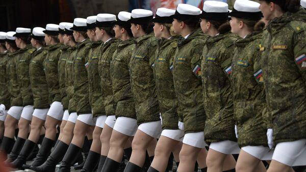 Donne soldato sulla Piazza Rossa per la parata del 9 maggio 2017 - Sputnik Italia
