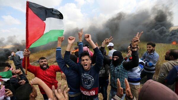 Palestinians shout during clashes with Israeli troops, during a tent city protest along the Israel border with Gaza, demanding the right to return to their homeland, the southern Gaza Strip March 30, 2018. - Sputnik Italia