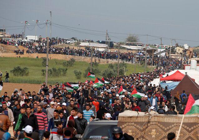 Palestinesi protestano al confine israeliano nella Striscia di Gaza