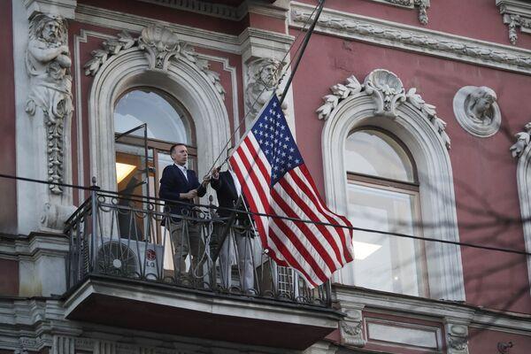La bandiera americana viene tolta dalla sede del consolato generale USA a San Pietroburgo. - Sputnik Italia