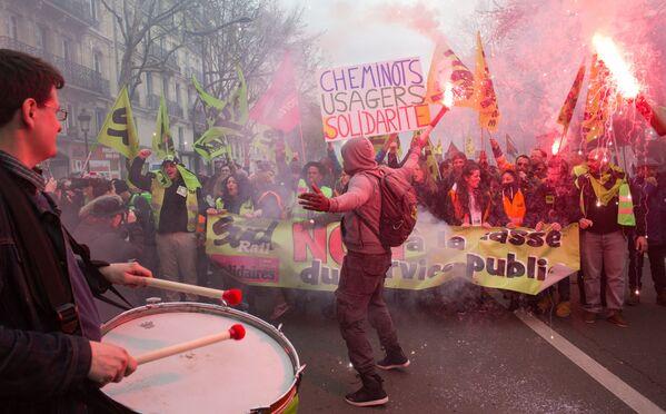 La manifestazione dei ferrovieri e studenti a Parigi. - Sputnik Italia