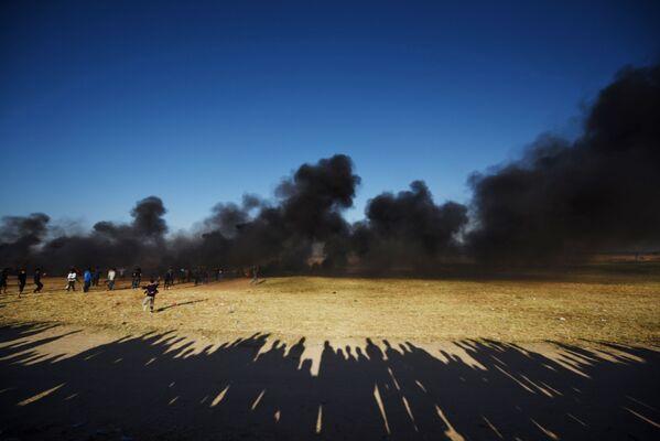 I palestinesi manifestanti si scontrano con i militari israeliani al confine tra la striscia di Gaza e Israele. - Sputnik Italia