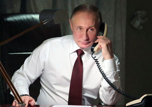 Vladimir Putin al telefono (foto d'archivio)