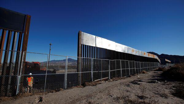 Una nuova sezione del muro divisorio tra USA e Messico - Sputnik Italia