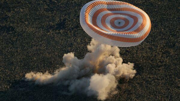 La capsula di atterraggio della navetta Soyuz TMA-09M al momento del rientro a terra - Sputnik Italia