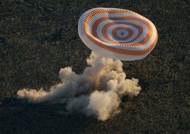 La capsula di atterraggio della navetta Soyuz TMA-09M al momento del rientro a terra