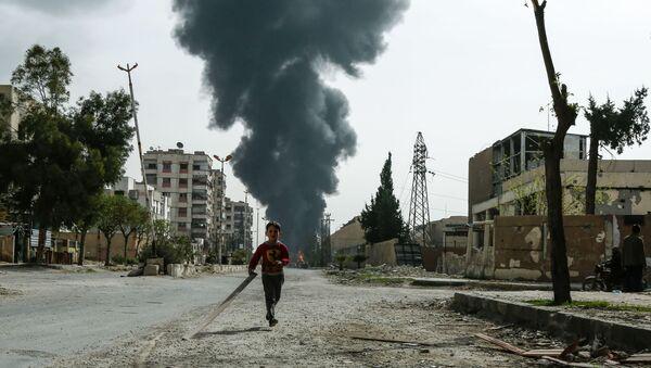 Un bambino tra le strade di Douma - Sputnik Italia