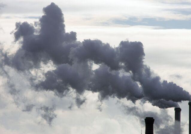 """Lo stabilimento a Parigi da anni inquina ambiente. Basterà un po' di """"economia verde"""", o di """"sviluppo sostenibile"""" per scongiurare la catastrofe?"""