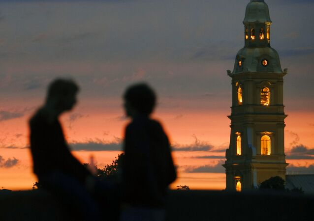 Notti bianche, due innamorati e sullo sfondo la torre della fortezza di Pietro e Paolo