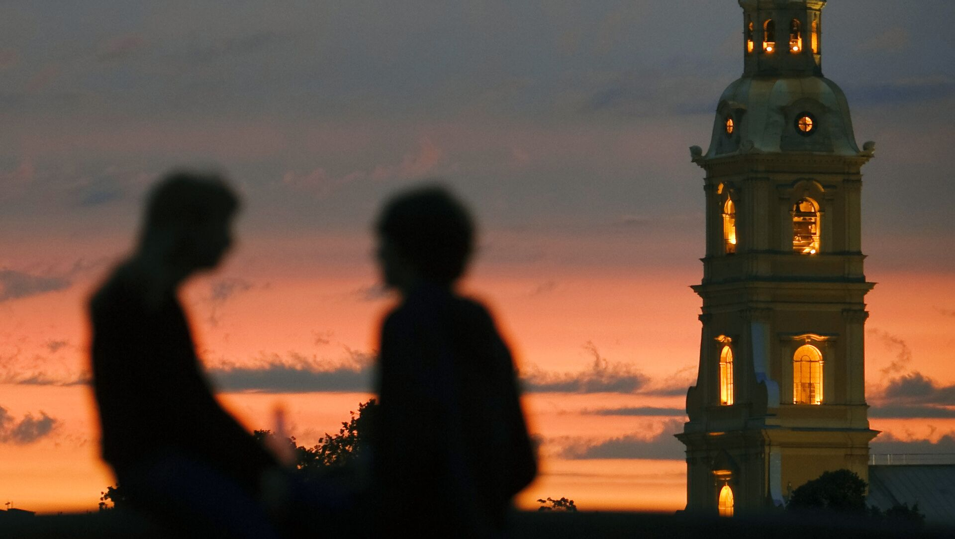 Notti bianche, due innamorati e sullo sfondo la torre della fortezza di Pietro e Paolo - Sputnik Italia, 1920, 14.02.2021