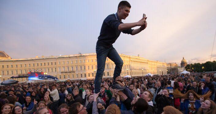 Studenti in festa nella piazza del Palazzo d'Inverno a San Pietroburgo