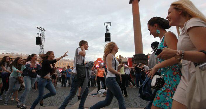 I neodiplomati festeggiano la fine dell'anno scolastico nella piazza del Palazzo d' Inverno