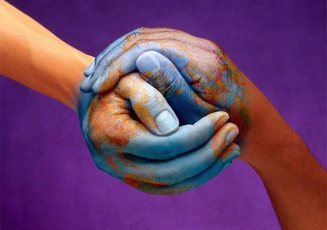 Il pianeta dipinto sulle mani