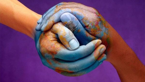 Il pianeta dipinto sulle mani - Sputnik Italia