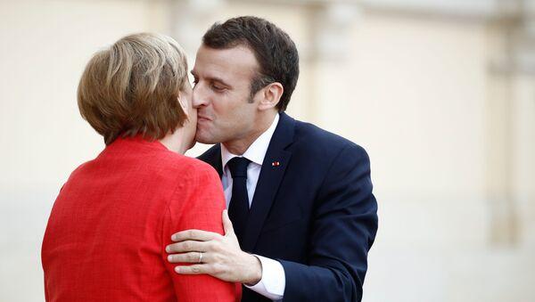 La cancelliera della Germania Angela Merkel e il presidente francese Emmanuel Macron visti durante il loro incontro a Berlino - Sputnik Italia
