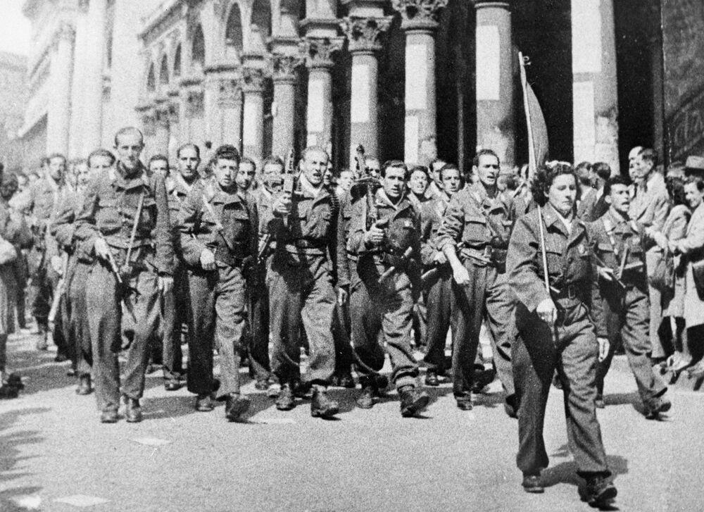 Partigiani sfilano per le vie di Milano liberata