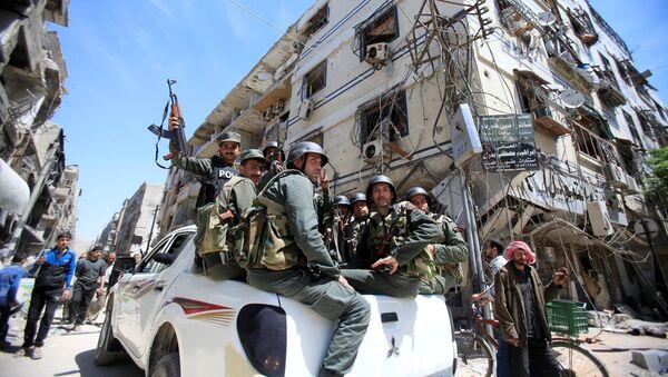 La polizia siriana nella Douma, Damasco, Siria - Sputnik Italia