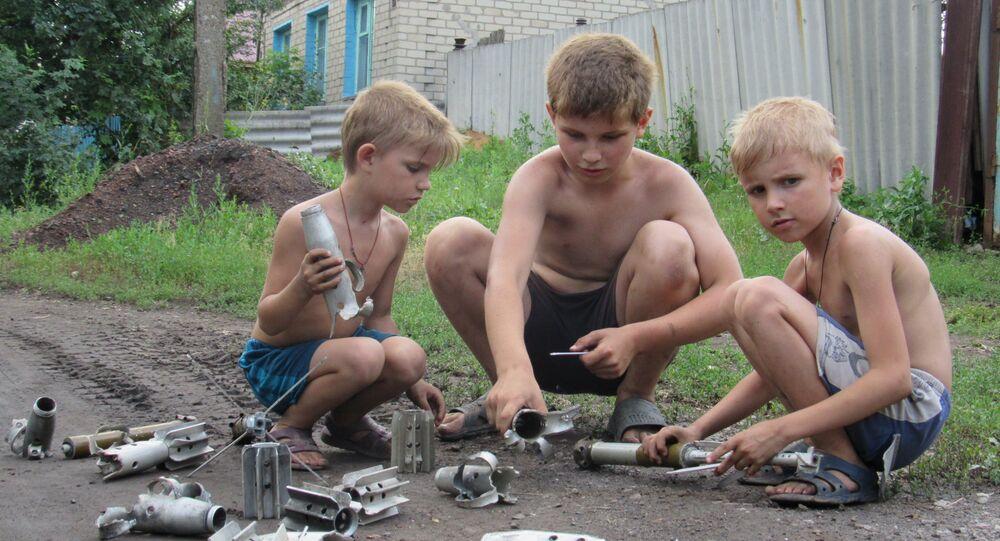 Bambini di uno dei villaggi del Donbass colpiti dall'artiglieria ucraina