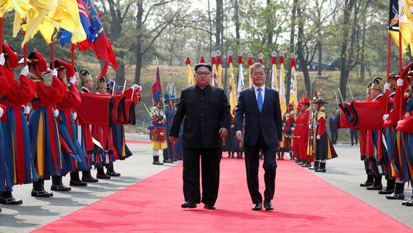 South Korean President Moon Jae-in walks with North Korean leader Kim Jong Un at the truce village of Panmunjom inside the demilitarized zone separating the two Koreas, South Korea, April 27, 2018 - Sputnik Italia