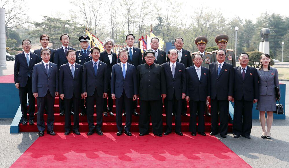 Lo storico incontro tra Kim e Moon