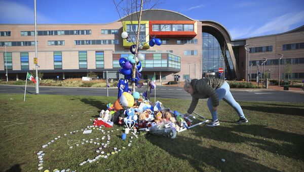 A woman leaves a soft toy outside Alder Hey Children's Hospital in Liverpool, England, following the death of 23-month-old, Alfie Evans, Saturday April 28, 2018 - Sputnik Italia