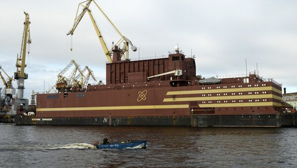 The Akademik Lomonosov floating nuclear power plant is towed from the Baltic Shipyard in St. Petersburg - Sputnik Italia